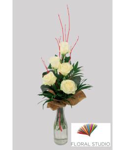 Buchet-accesorizat-5-trandafiri-albi-853x1024